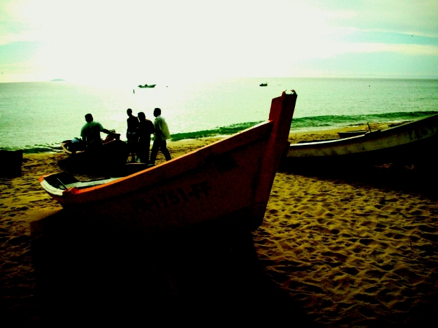 Pescadores en la costa de Aguadilla, Puerto Rico. Foto por Valeriano